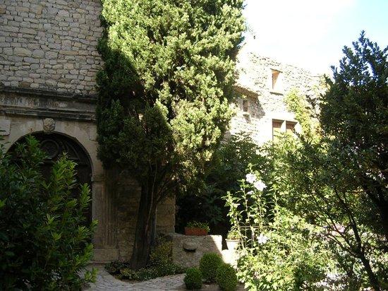 Hostellerie le Beffroi: The courtyard for al fresco dining