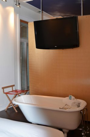 L'Hôtel du Capitole : tub outside, ok for couple but not if you have kids.