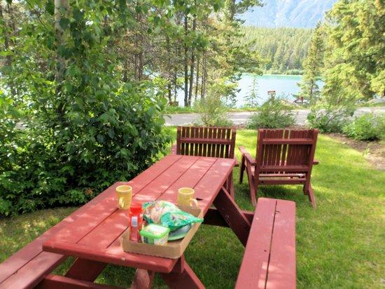 Patricia Lake Bungalows Resort : Nice picnic tables
