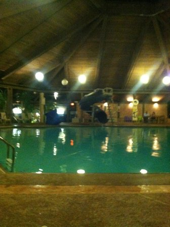 Hilton Chicago Indian Lakes: Pool area 10' deep