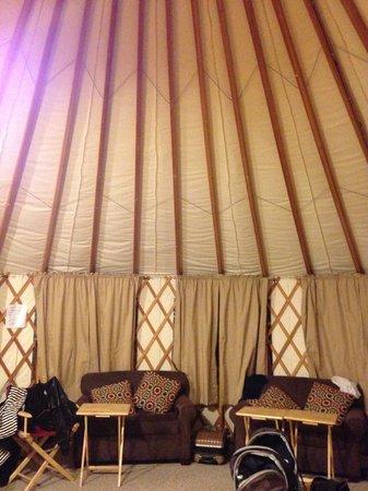 Sourdough Sue's Yurts: Living room area