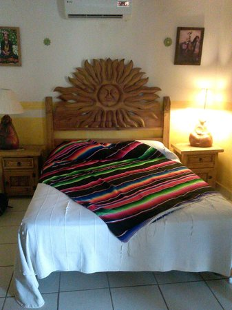 Hacienda Los Algodones: Hand carved sun head board