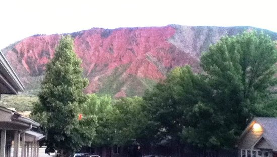 Red Mountain Inn: Sorry for the poor quality photo; but you can get the idea of how well kept the grounds are.