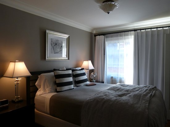 Chelsea Station: Comfortable King bed with nice linens