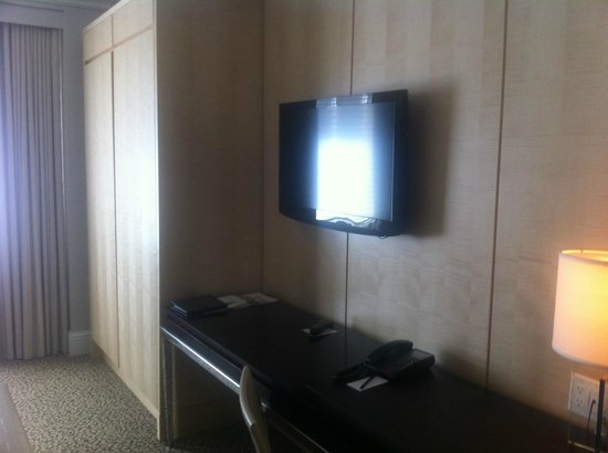 Omni Berkshire Place: Omni Berkshire Guestroom 3_Wardrobe, TV and Desk