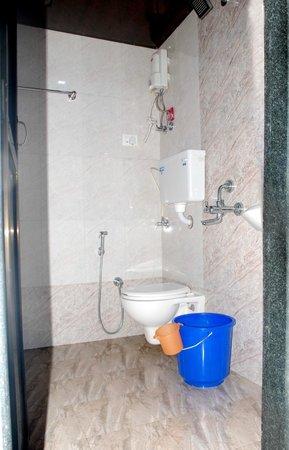 Hotel Adore Inn: bathoroom