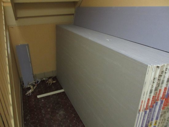 Hampton Inn Columbus South: Dry wall stacked at end of hallway