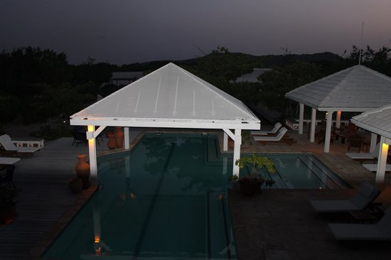 Barefoot Cay: Night view of pool