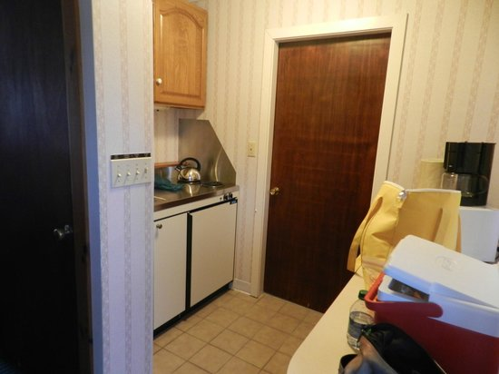 Stowe Motel & Snowdrift: Fully stocked kitchenette in room