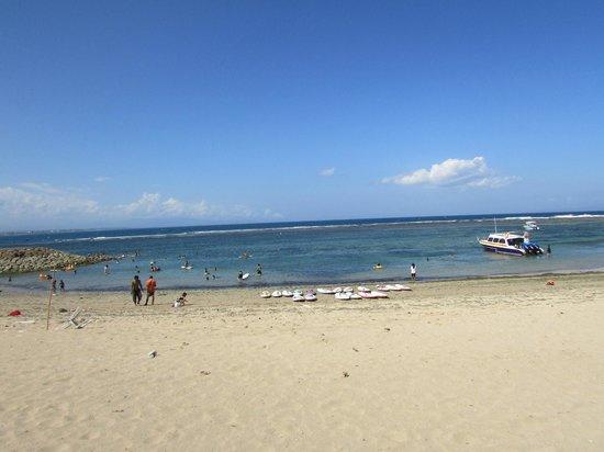 Diwangkara Beach Hotel & Resort: beach upfront the restaurant area