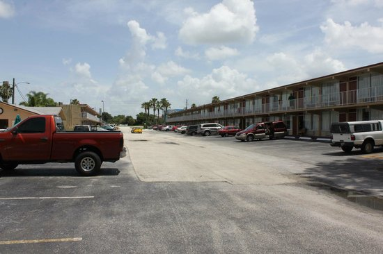 Sun Inn and Suites Kissimmee : Parking lot
