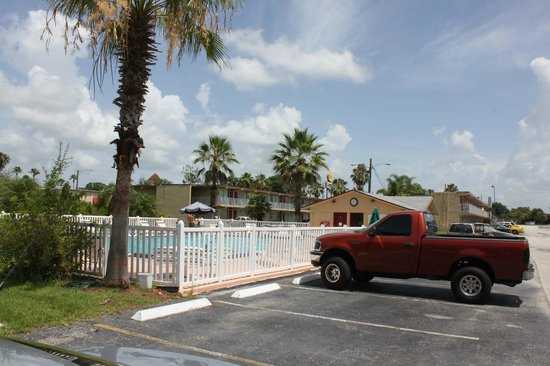 Sun Inn and Suites Kissimmee : PArking lot / pool