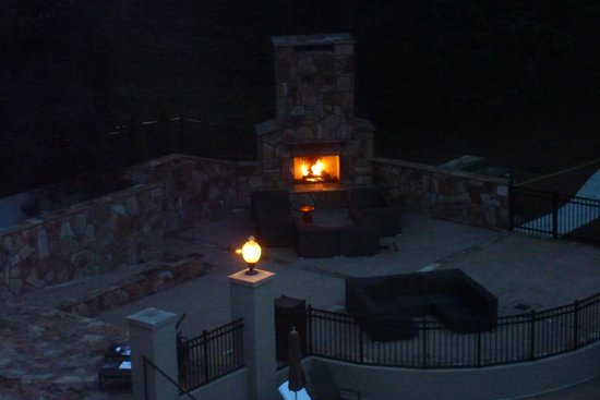 Chateau Elan Winery And Resort: fireplace - pool area