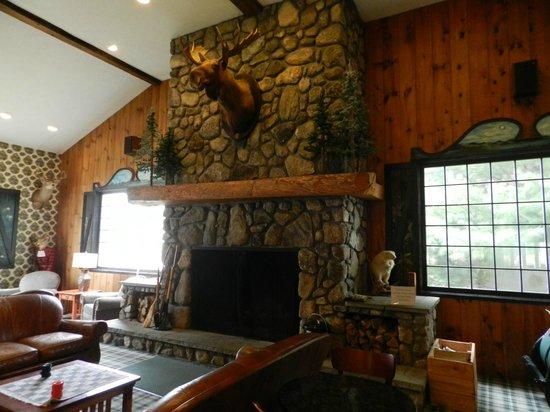 Green Granite Inn & Conference Center: huge fireplace in lobby