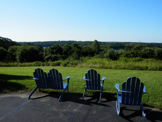 Glen Cove Inn & Suites : Chairs that face the lake and grounds