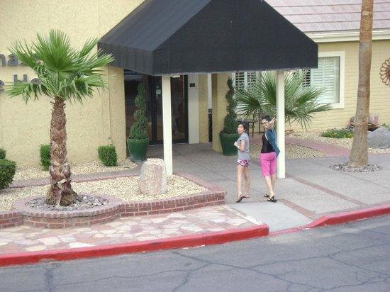 Chase Suite Hotel El Paso: Excelente la entrada a recepción, todo muy independiente.