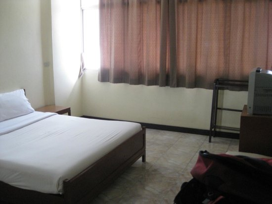 Tapee Hotel: Bed, TV, table