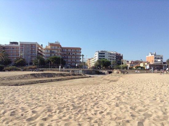 Hotel Rosa Nàutica : Фото с пляжа. Левое здание наш отель.