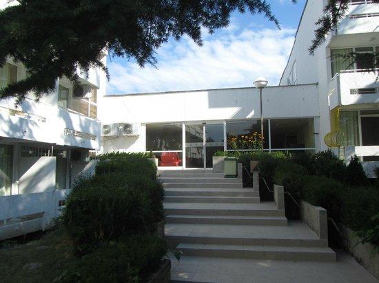Hotel Kompas: выход из отеля к морю