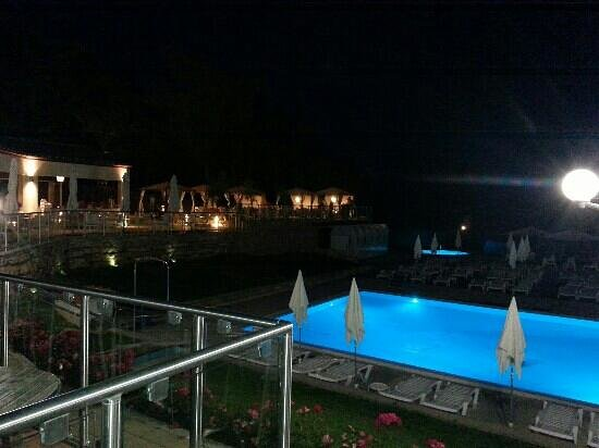 Camping Orlando in Chianti: pool and terrace by night