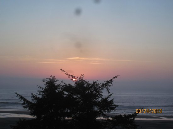BEST WESTERN Agate Beach Inn: This is from our room. The sunset from our balcony