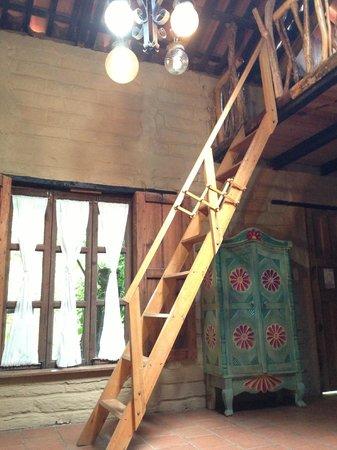 Posada del Bosque Encantado: The stairs to the loft area