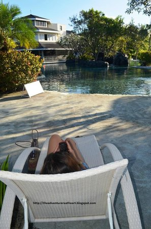 Plantation Bay Resort And Spa: ..relaxing by the pool..