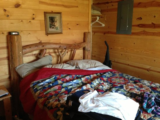 Mountain View Lodge & Cabins: Queen bedroom In small cabin