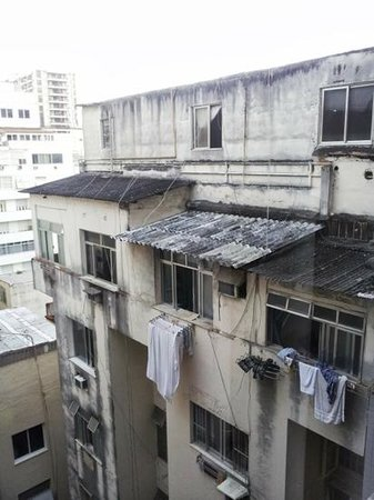 Orla Copacabana Hotel: Our NOT so Lovely View from Our room....But who cares I wasn't in Rio to sit n look out the wind