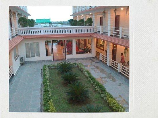 Victoria Beach Resort: Hotel courtyard...