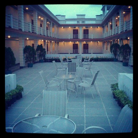 Victoria Beach Resort: Terrace sit out..