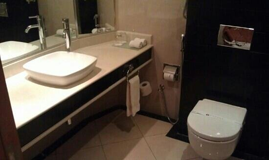 Hawthorn Suites By Wyndham Al Khobar : bathroom