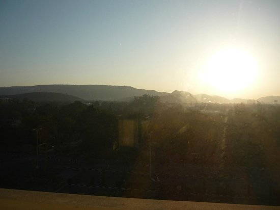 Red Fox Hotel Jaipur: Sun rise (bad quality pic due to glass window which doesn't open)