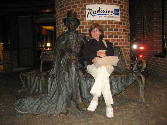 Radisson Blu H.C. Andersen Hotel, Odense : H.C. Andersen en la puerta del hotel