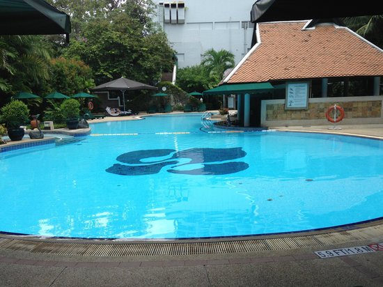 Royal Orchid Sheraton Hotel & Towers: The Pool just great
