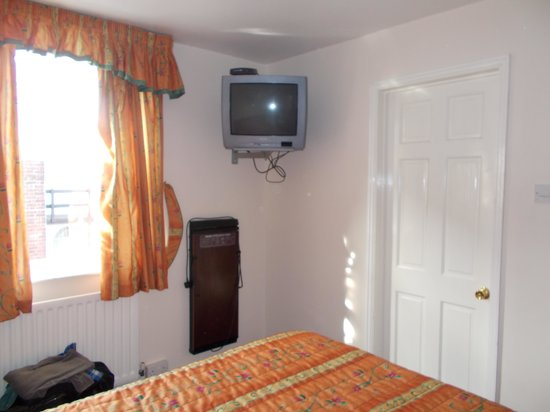 Victoria Park Lodge: Bedroom with bathroom door in view