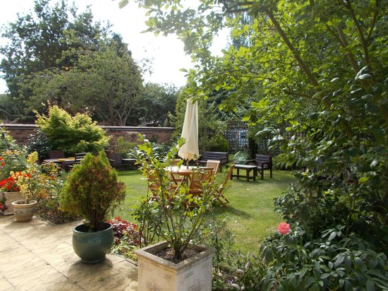 Victoria Park Lodge: Nice back garden with seating