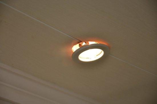 spot du faux plafond salle de bain déloger au dessus de la baignoire ...
