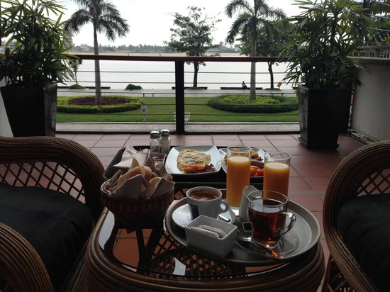 Riverside Suites: Balcony breakfeast