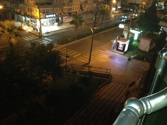 Cihanturk Hotel: street at night