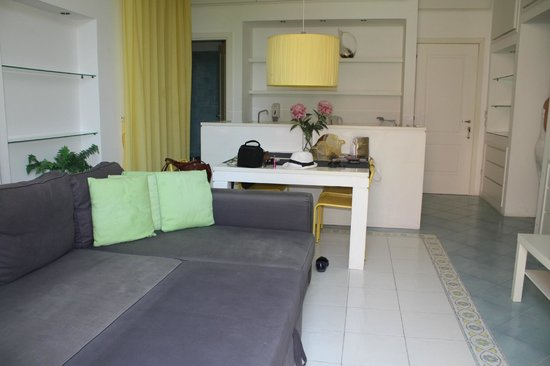 Sorrento Apartments: central room