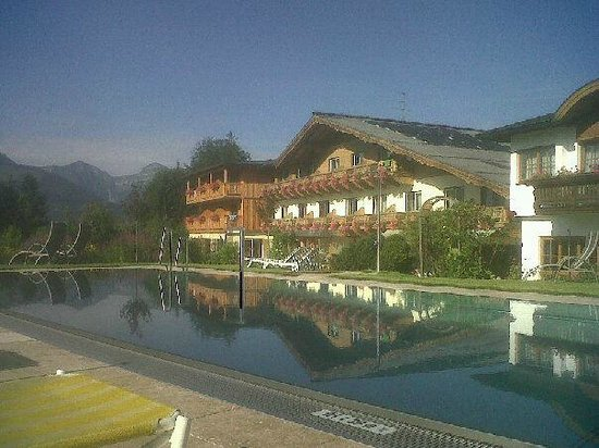 Vitalhotel Wolfgangsee: Tennis hotel - morning by the pool