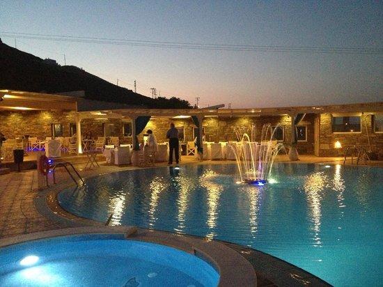 Golden Sun Hotel : la piscina by night