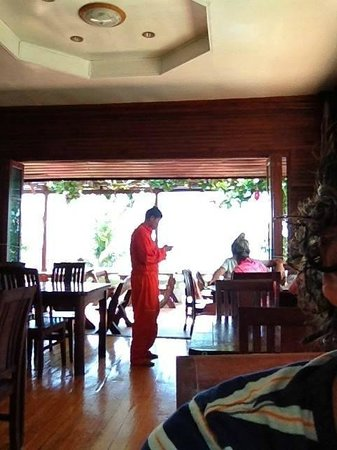 Tharathip Resort: the owner taking orders in his painting suite