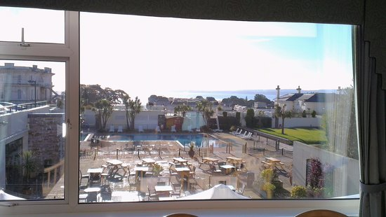 TLH Carlton Hotel: The outdoor pool with the sea behind