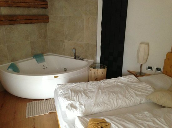 Wellness Hotel Fontana : Stanza 90 con camino e Jacuzzi! Favolosa