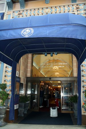 Marines Memorial Club Hotel: Entrada
