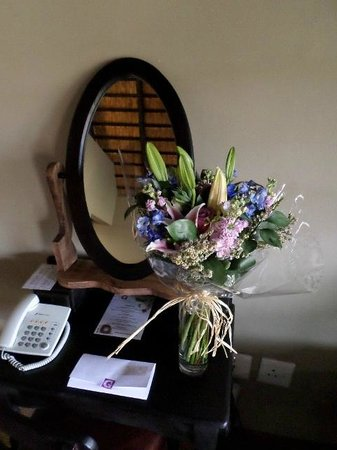 Granny Mouse Country House: Flowers in our room for my wife (paid extra - but well worth it)