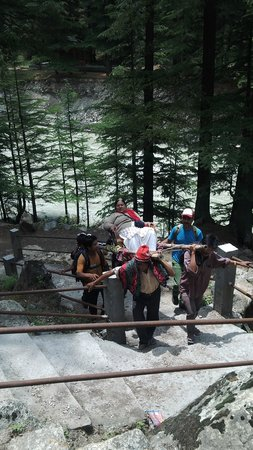 Banjara Camp &  Retreat - Sangla Valley Camp : Tricky rockfall being negotiated, awesome guys