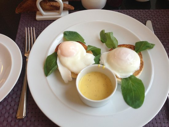 LakeSide House : eggs benedict
